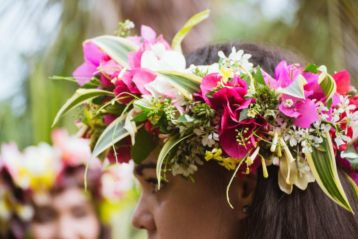 Tous coiffés de fleurs et plantes lors des festivités en Polynésie !