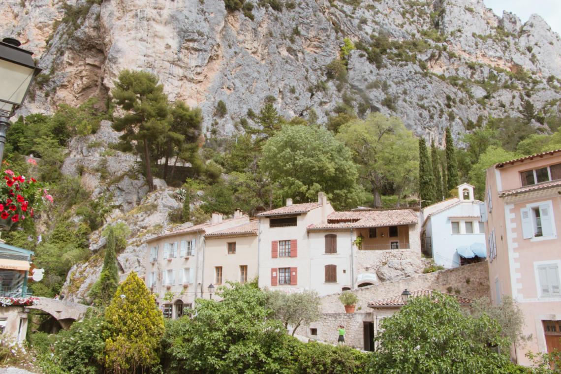 Moustiers-Sainte-Marie, au pied de la falaise