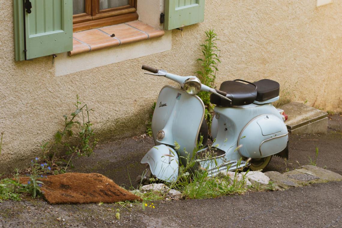Ambiance vintage dans les rues de Moustiers-Sainte-Marie