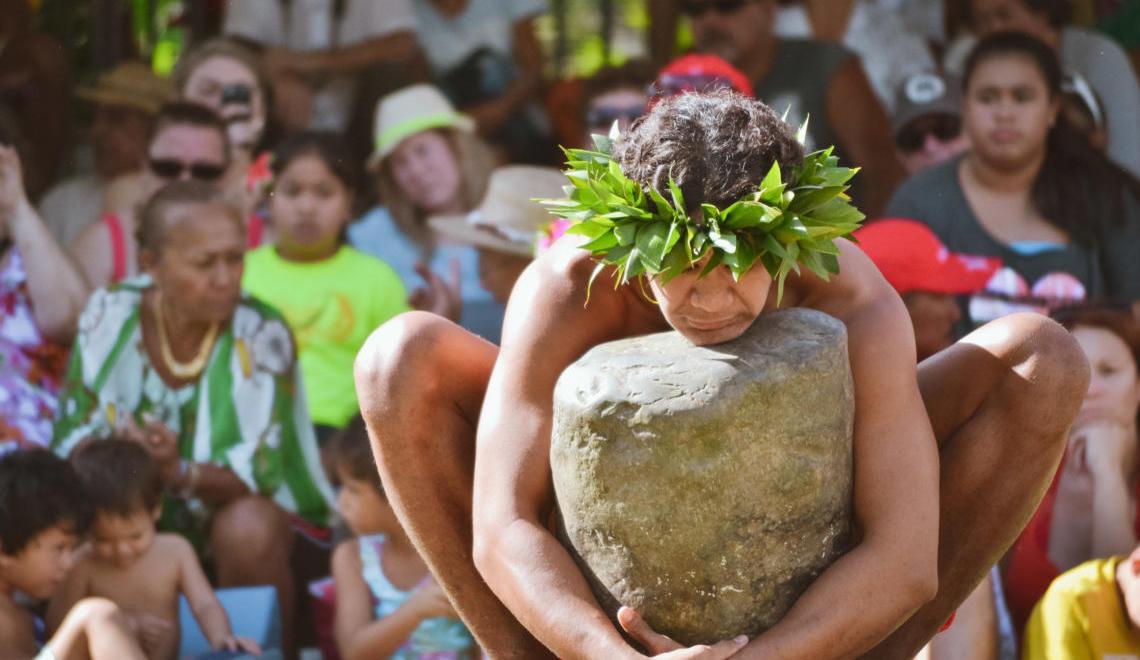 Concentration pour le lever de pierre, un sport traditionnel polynésien