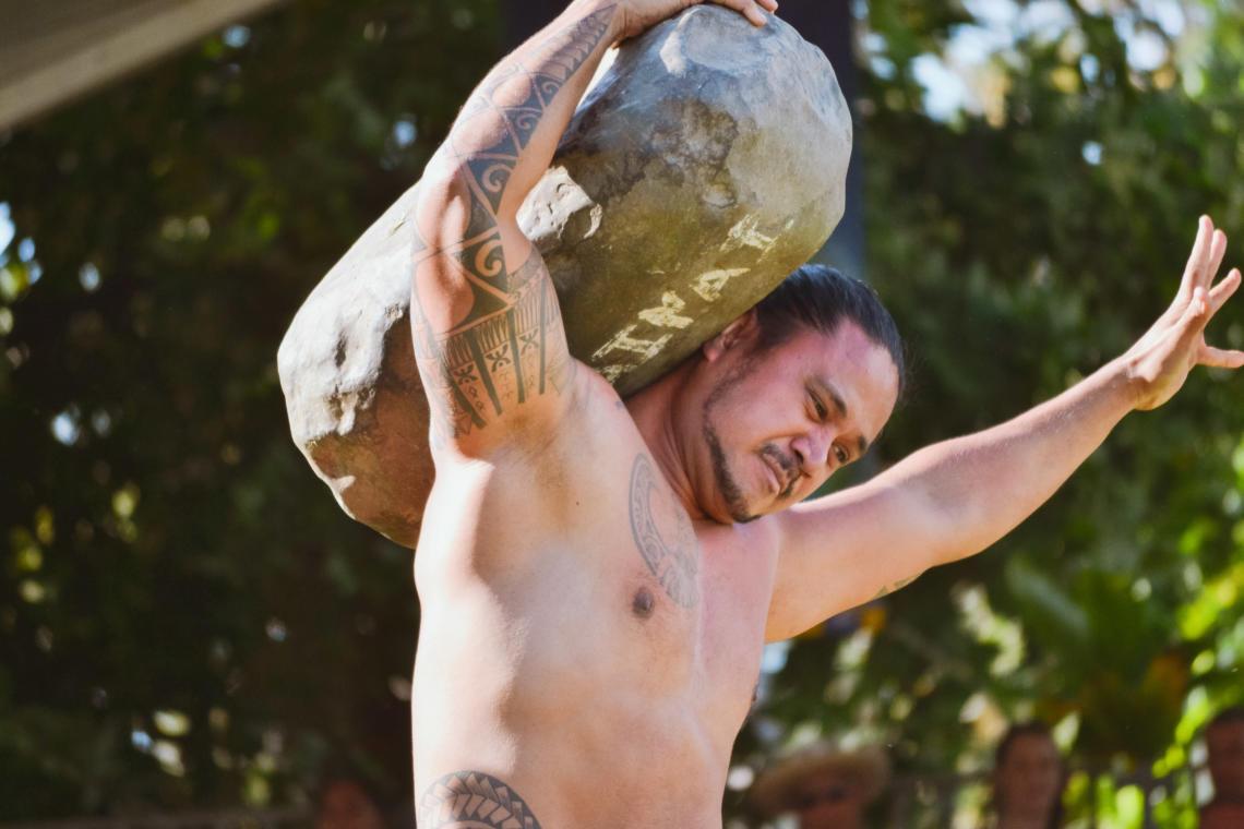 Le lever de pierre, un sport traditionnel polynésien