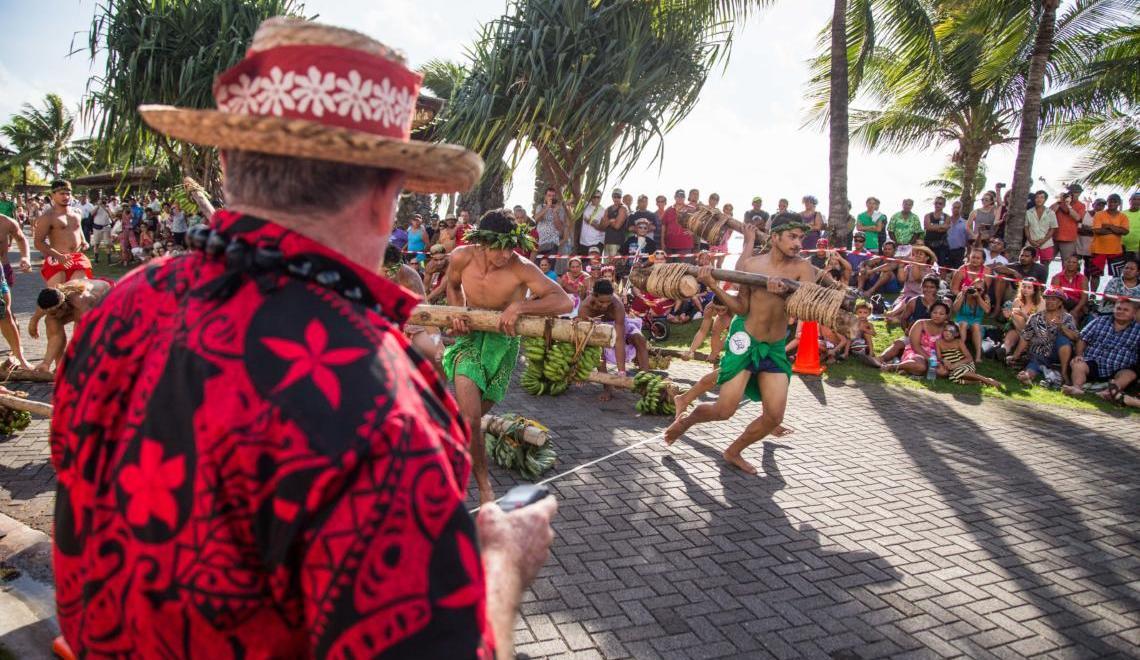 Départ des courses de porteurs de fruits, un sport traditionnel polynésien