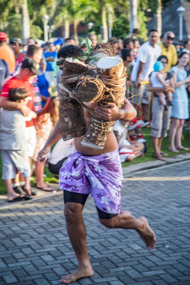 Les courses de porteurs de fruits, un sport traditionnel polynésien