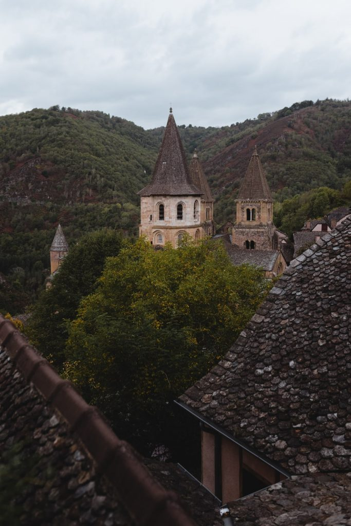 Clochers de l'abbatiale de Conques, village de la vallée du Lot en Aveyron