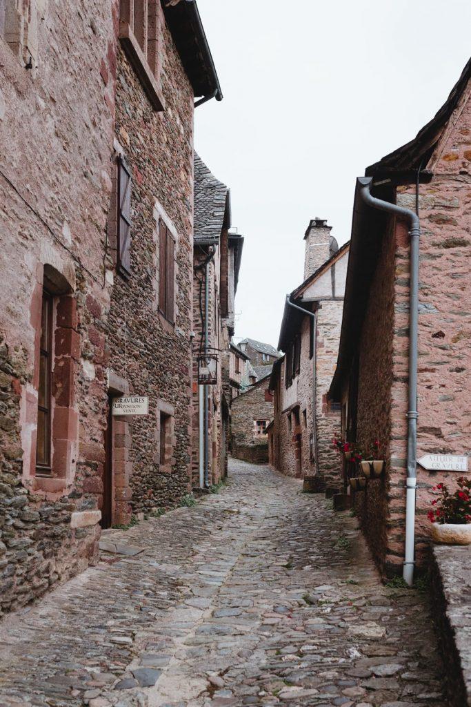 Dans les rues de Conques, village de la vallée du Lot en Aveyron