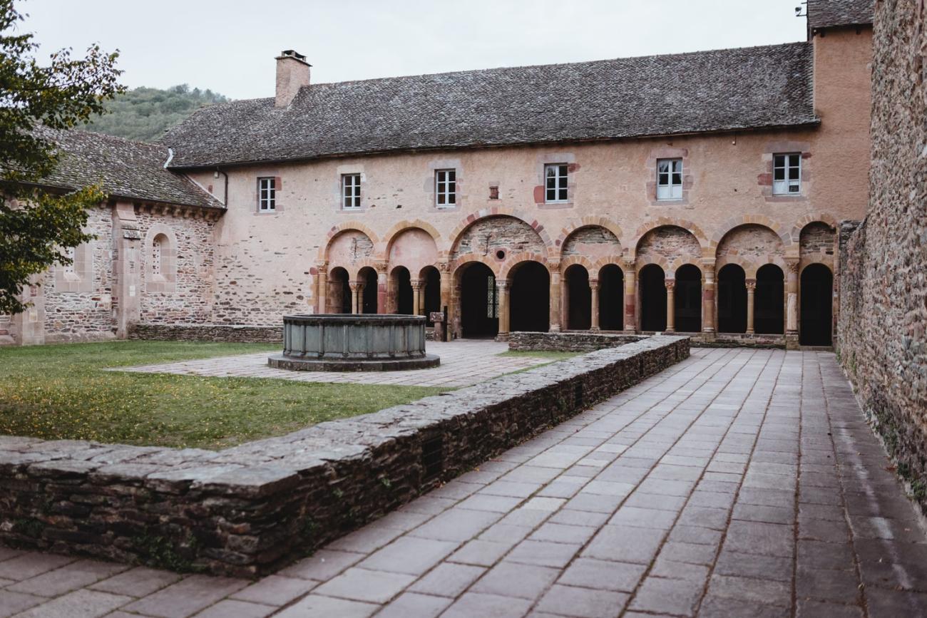 Cloître de Conques, village de la vallée du Lot en Aveyron