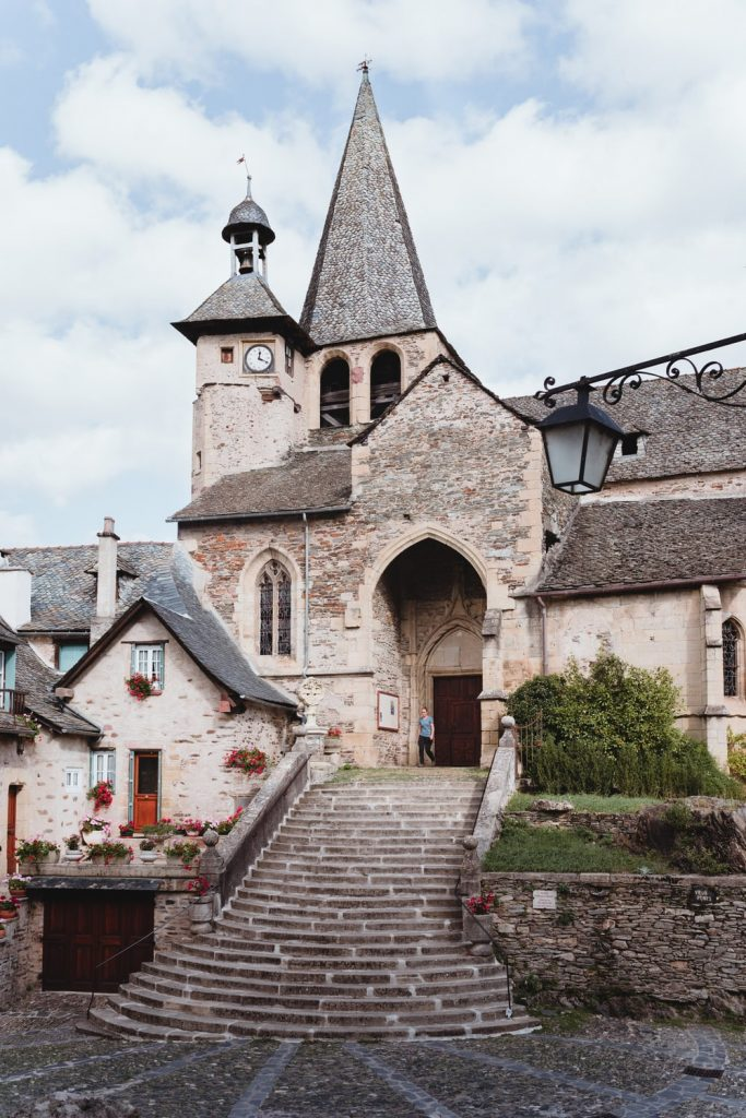 Eglise d'Estaing, village de la vallée du Lot en Aveyron