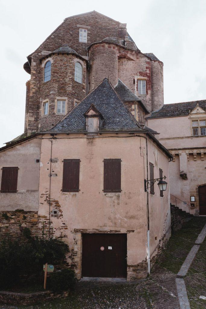 Dans les rues d'Estaing, village de la vallée du Lot en Aveyron