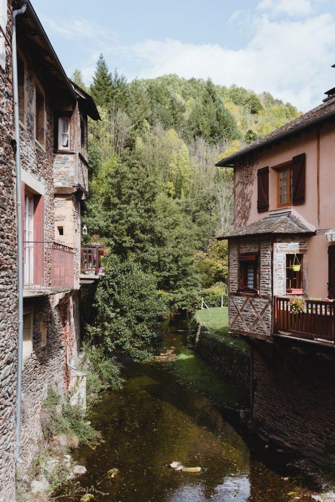 La Coussane, affluent du Lot qui traverse Estaing, village de la vallée du Lot en Aveyron