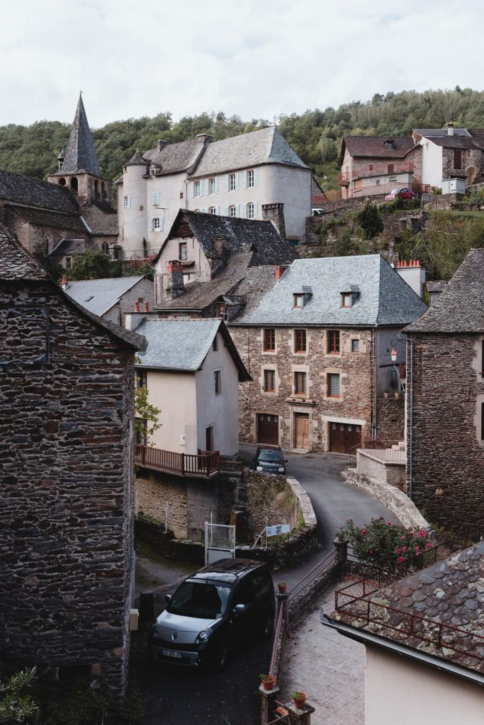 Dans les rues d'Estaing, village de la vallée du Lot en Aveyron