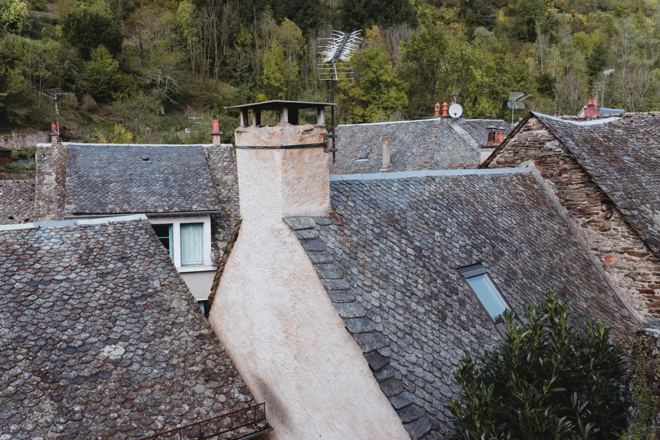 Toits de lauze d'Estaing, village de la vallée du Lot en Aveyron