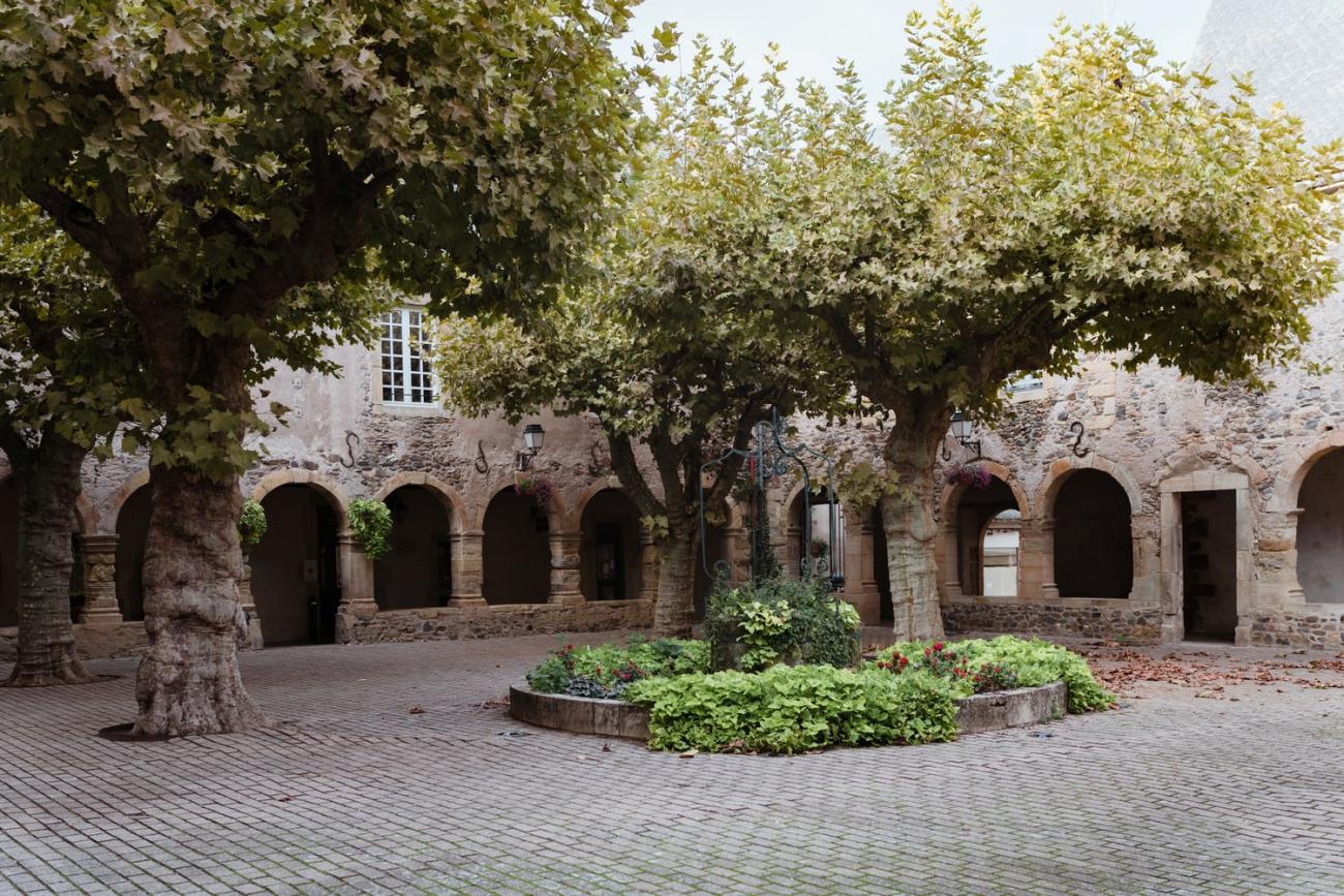 Ancien cloître de Saint-Geniez-d'Olt, village de la vallée du Lot en Aveyron