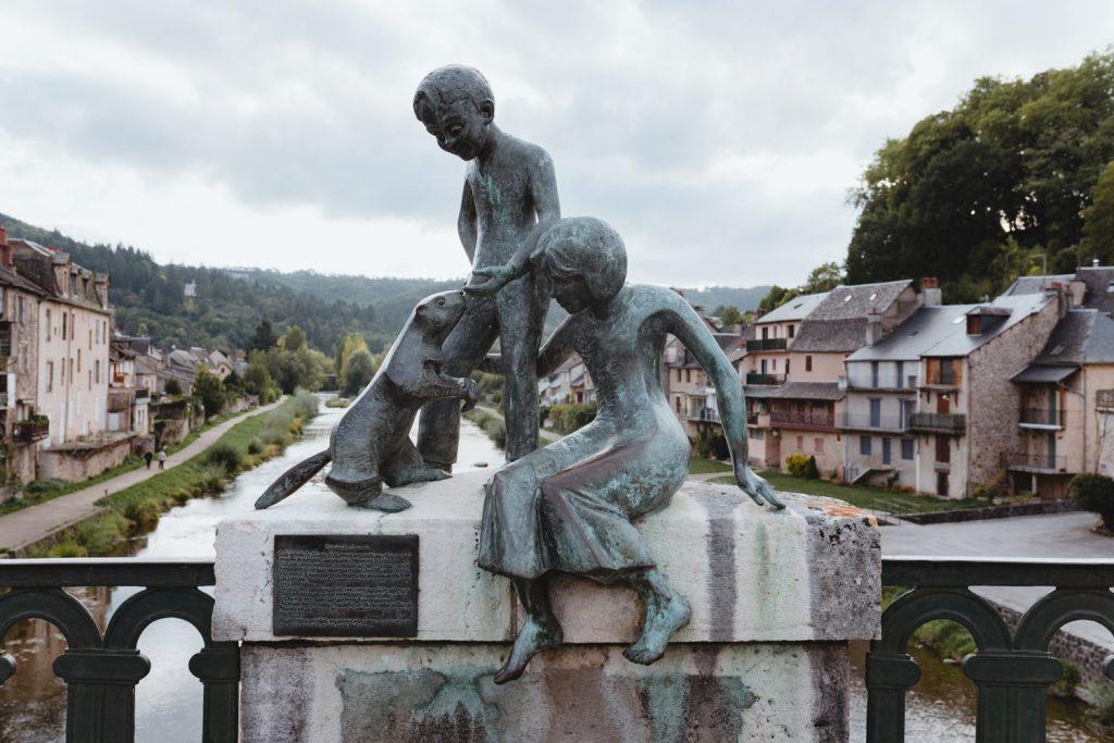 La statut des Marmots de Saint-Geniez-d'Olt, village de la vallée du Lot en Aveyron