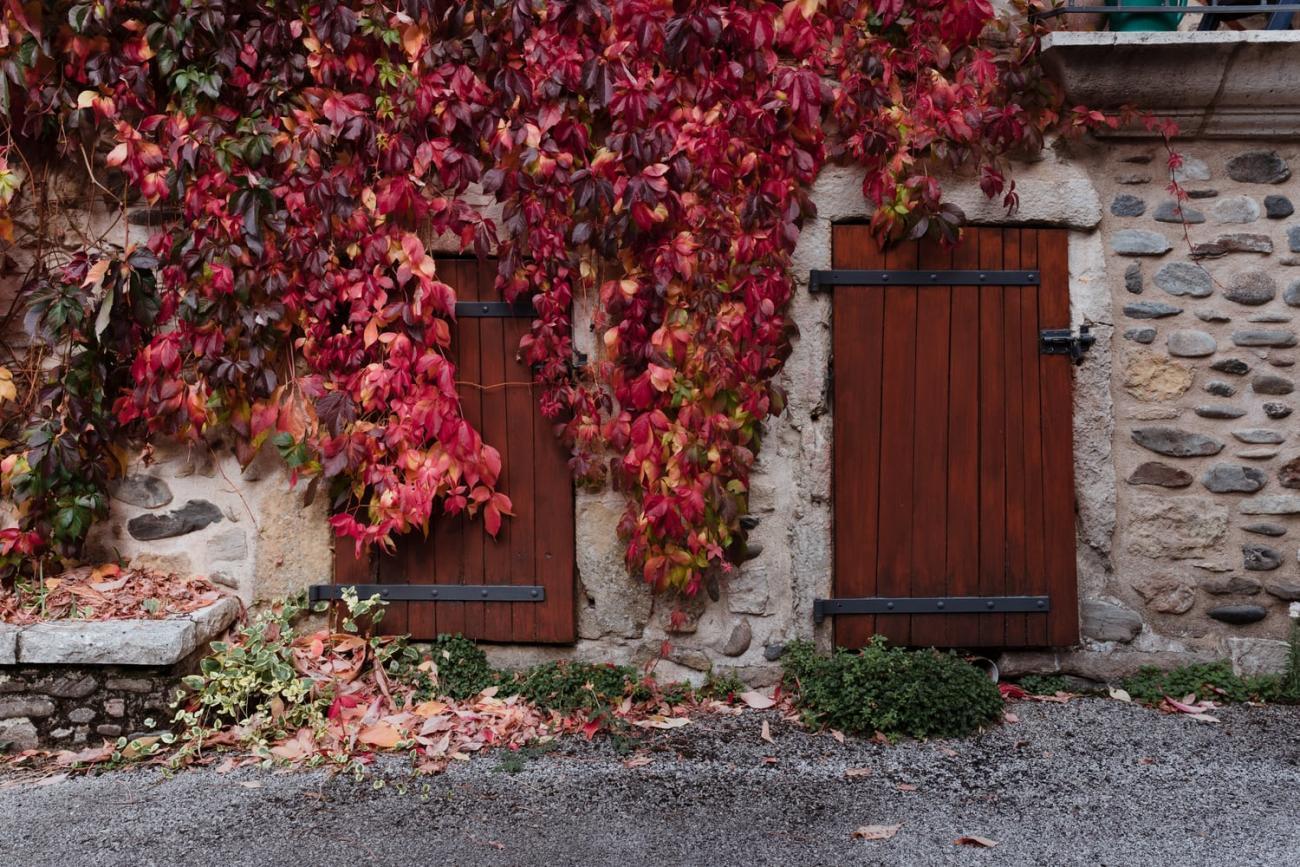 Dans les rues de Sainte-Eulalie-d'Olt, village de la vallée du Lot en Aveyron
