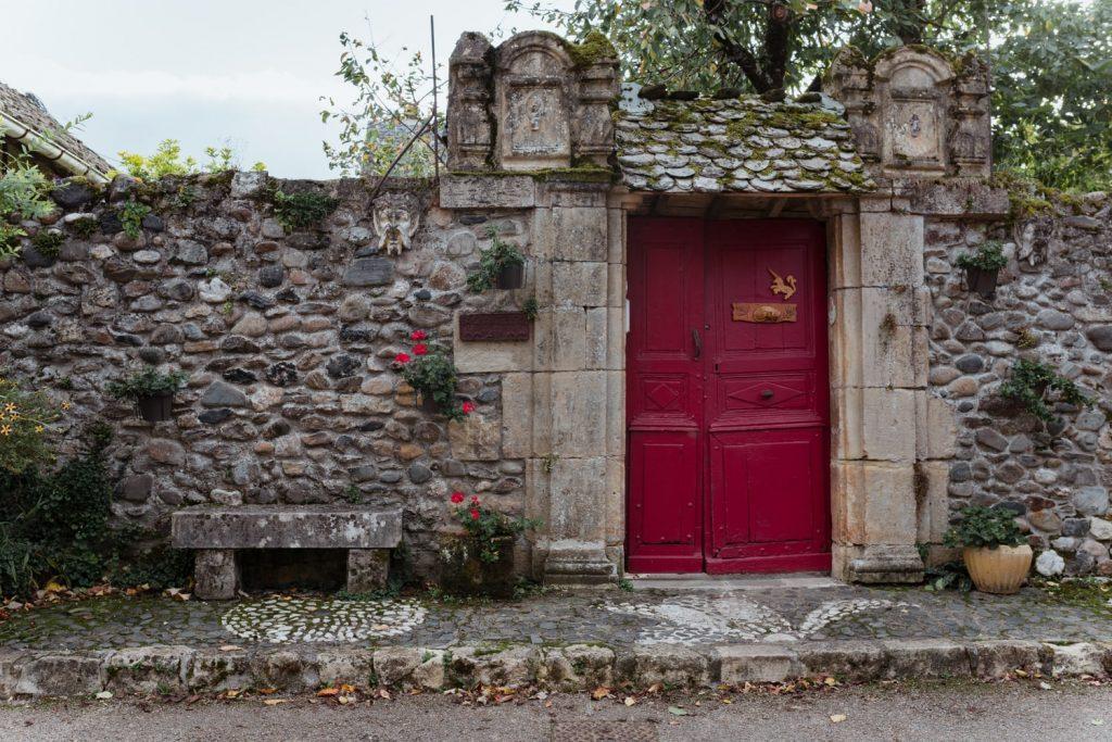 Dans l'ancien château de Sainte-Eulalie-d'Olt, village de la vallée du Lot en Aveyron